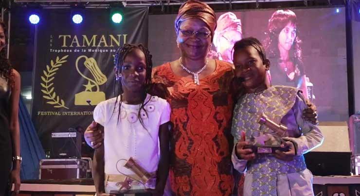 MAMI LA STAR reçoit le TROPHÉE JEUNE ESPOIR par FEMME du PRÉSIDENT du MALI